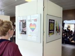 Plakatausstellung: Publikum betrachtet Plakate